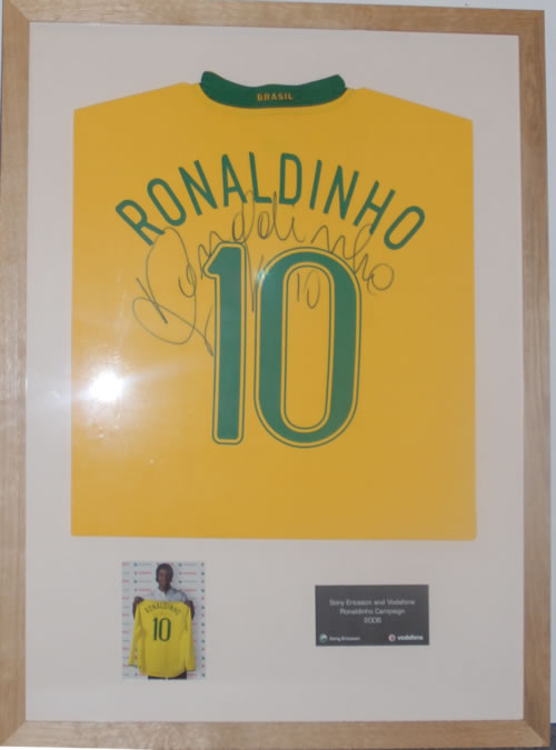 Ronaldinho Ronaldinho Signed Brasil Shirt memorabilia UK R9XMMRO605767